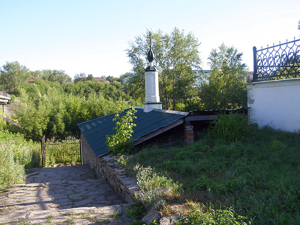 построенный по приказу А.Колчака склеп возле Троицкого храма, в котором тела убиенных пребывали 9 месяцев (после извлечения их из шахты до отправки в Китай - Иерусалим)