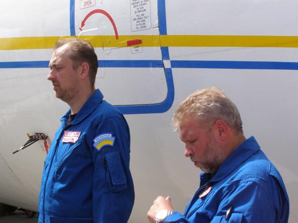 Командир и 2-й пилот перед вылетом