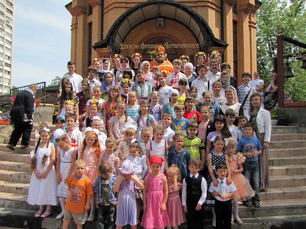 Дети воскресной школы с настоятелем и педагогами