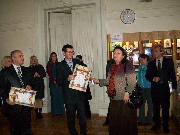 Вручение грамоты УПЦ организаторам выставки