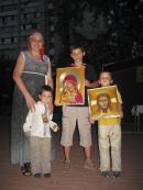 р.Б. Нина с внуками. Иконы вышиты ею